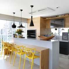 Cadeiras amarelas e balcão cinza. Kitchen Living, Kitchen Decor, Handleless Kitchen, Luxury Kitchens, Interior Design Kitchen, Kitchen Remodel, Decoration, Home Decor, Bob Hairstyles