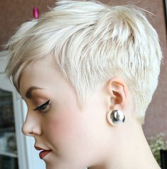 Cool short pixie blonde hairstyle ideas 75