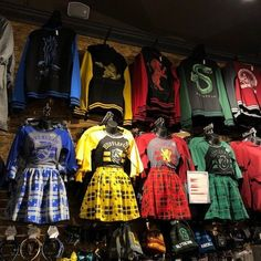 Update your Hogwarts uniform with styles for every house! Head to a store near y. - MeinesTube - Update your Hogwarts uniform with styles for every house! Head to a store near y… - Harry Potter World, Harry Potter Mode, Objet Harry Potter, Estilo Harry Potter, Harry Potter Marauders, Harry Potter Style, Harry Potter Outfits, Harry Potter Fandom, Harry Potter Hogwarts