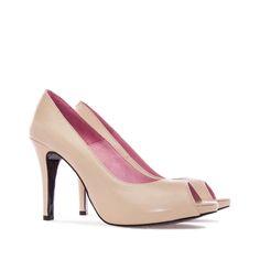 Zapato de Piel Napa en color Beige. Abertura en la puntera. Plataforma interior…