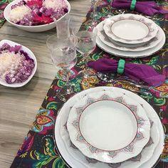 """Marcela Finotti do @amesacomcharme ao vivo da #giftfair, com as louças Soleil Talismã na #minhamesaoxford: """"Fui buscar inspirações no Oriente para compor uma mesa com a bela louça Soleil. A partir daí, vieram a estampa cashmere, a combinação do pink com o turquesa, as velas e flores flutuantes. O resultado é uma mistura de Egito, Índia e Nepal""""."""