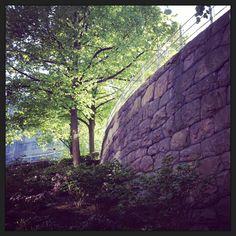 Vackra muren nedanför OscarFredriks kyrka, 18:42... Doft av Syrén och löften.
