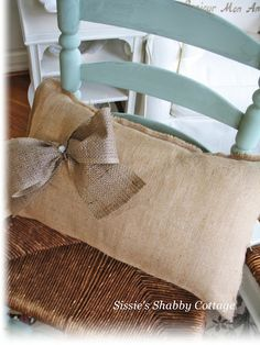 Sissie's Shabby Cottage: Burlap pillow & bow   Love the bow!