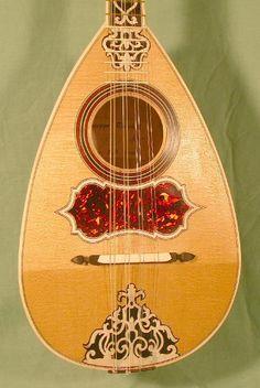 Gut strings on a Neapolitan baroque mandolin
