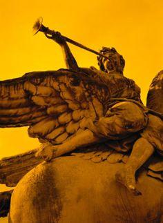 How You Can Recognize Archangel Gabriel: A statue of archangel Gabriel blowing a trumpet