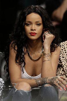 Rihanna-slays-over-accessorising.gif (400×600)