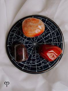 De Ram hoort bij het element vuur. Deze vurige mensen houden van actie en weten wat ze willen. Ze deinzen dan ook niet snel terug als ze iets in hun hoofd hebben. Als Ram zit je vol levenslust en moed en dat maakt je een krachtig mens. Omdat je graag je eigen ding doet, kun je nog wel eens koppig en jaloers zijn. Cosmic, Spirituality, Plates, Tableware, Licence Plates, Dishes, Dinnerware, Plate, Dish