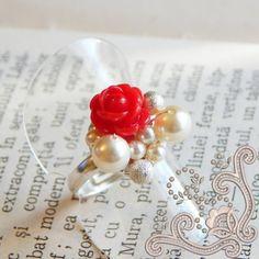 Realizat cu perle Swarovski, in combinatie cu un trandafiras polimeric de culoare rosie, acest inel iese in evidenta prin unicitatea designului. Elemente delicate, tesute cu fir subtire placat cu argint, pe o baza placata cu argint, o combinatie indrazneata si totusi elegenta. O bijuterie perfecta pentru a oferi tinutei tale un stil unic. Unic, Swarovski, Pearl Earrings, Modern, Flowers, Handmade, Jewelry, Bead, Pearl Studs