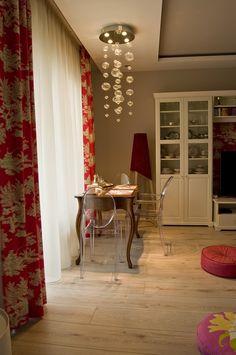 Erdélyi Krisztina lakberendező  Antik étkezőasztal modern design székekkel és lámpával