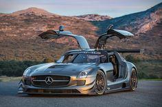 Mercedes-Benz SLS AMG GT : Le papillon prend ses ailes, pour nous enivrer avec son V8. Plus verrouillée, plus puissante, la GT laisse un souvenir impérissable.