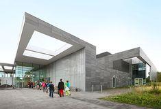 DE NEKKERPOOL  Het Provinciaal Sport- en Recreatiecentrum De Nekker in Mechelen heeft er een nieuw complex bij: de Nekkerpool. Het nieuwe zwembad, open sinds begin 2013, bestaat uit drie verschillende baden: een recreatiebad, een doelgroepenbad en een wedstrijdbad. Daarnaast is er ook gewerkt aan een nieuwe tribune, cafetaria, kinderspeelzaal en onthaalpaviljoen.