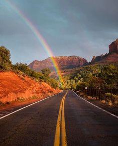 Incredible capture from Sedona, Arizona! 😍🌈 ↠ Use to be featured! Sunset Wallpaper, Nature Wallpaper, Beautiful Sunset, Beautiful World, New York From Above, Sunset Road, Vides, Sedona Arizona, Travel And Tourism