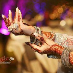 Mehendi Photography, Indian Wedding Photography, Photography Poses, Latest Mehndi Designs, Mehandi Designs, Indian Bridal Photos, Girly Dp, Hand Mehndi, Stylish Dpz