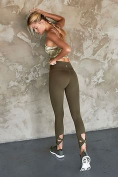 Walk into the studio with a brand new yoga outfit. Stretch, move and twist in comfort with yoga clothes for women. Best Yoga Leggings, Yoga Pants Outfit, Tight Leggings, Workout Leggings, Casual Skirt Outfits, Summer Outfits, Summer Clothes, Work Outfits, Womens Workout Outfits