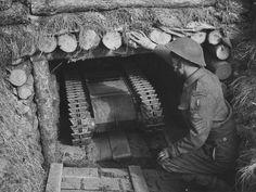 "1944, France, Normandie, ""Juno Beach"", Un sergent canadien inspecte un ""Goliath"" (Sd.Kfz.303a)"