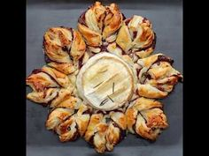 Camembert Snowflake - Twisted 1 baking camembert 2 sheets puff pastry 3 tbsp cranberry sauce cup crispy bacon bits 1 egg, whisked rosemary, a few leaves Christmas Nibbles, Christmas Party Food, Xmas Food, Christmas Cooking, Finger Food Appetizers, Appetizer Dips, Appetizers For Party, Appetizer Recipes, Tapas