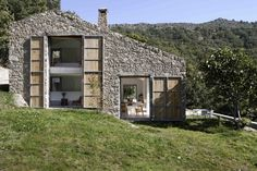 This forgotten stable in the Spanish province of Cáceres was converted into a vacation rental that takes full advantage of its geography in order to ensure energy efficiency.