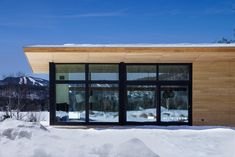 Quebec ski chalet by features V-shaped roof modelled on bird's wings Shed Roof, House Roof, Cabin Design, Modern House Design, Cedar Roof, Modular Structure, Wooden Cabins, Ski Chalet, Facade Design