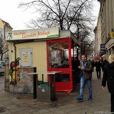 Der vielleicht beliebteste Döner-Stands Berlin's ist Mustafas Gemüse Kebap in Berlin Kreuzberg. Bis zu 2 Stunden muss man hier zu den Stoßzeiten anstehen,