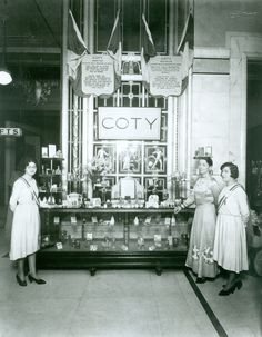 Coty girls at Selfridges Beauty Hall. department store in the US. Mr Selfridge was a yes it will work kind of man. Alone he was sweating bullets. to put make-up, perfume out front where it could be seen. Said he did it to cover the smell from the horses. Antique Photos, Vintage Pictures, Vintage Photographs, Old Pictures, Old Photos, Perfumes Vintage, Vintage Makeup, Vintage Beauty, Vintage Glam