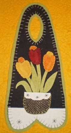 TULIP BASKET Penny Rug Door Hanger
