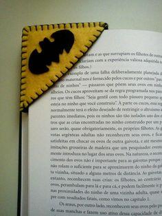 Marcador de livros Batman Felt Diy, Felt Crafts, Fabric Crafts, Diy And Crafts, Crafts For Kids, Arts And Crafts, Bookmarks Kids, Crochet Bookmarks, Cute Gift Wrapping Ideas