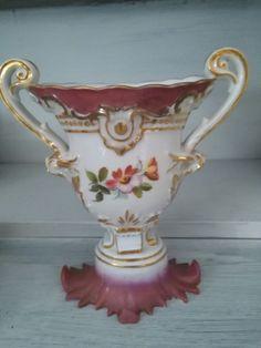 Maravilloso jarron de porcelana.con asas.vidriado en blanco y policromado.tonos fucsia.con medallon de flores en el centro.medidas 20cm. Precio 125€ Telefono 670794048, Maria