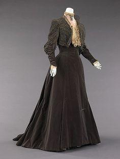 Charles Fredrick Worth, 1889, Charles Frederick Worth (1825 - 1895) was een Engelsman en grondlegger van de Franse haute couture. Hij was de eerste couturier die mannequins in plaats van paspoppen gebruikte voor de presentatie van zijn nieuwste modellen