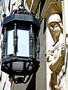 El romano la contempla. Ella orgullosa le brinda la luz que el gladiador necesita para vigilar atentamente. Ambos han visto otros tiempos y posiblemente cuando la soledad de la noche los envuelve relataran sus historias, allí en el bajo, cerca de la avenida Alem.