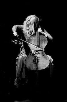 Caroline Lavelle, cello player