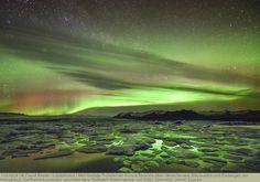 Mehrfarbige Polarlichter Aurora Borealis über Gletschersee Jökulsarlon und Eisbergen am Vatnajökull, Breiðamerkursandur zwischen dem Skaftafell-Nationalpark und Höfn, Ostisland, Island, Europa