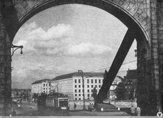 """""""Zerówka"""" wjeżdża na Most Grunwaldzki, w oddali nowe gmachy Politechniki. Lata 1954-1956"""