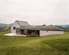 La Maison Test située dans un paysage bucolique, vallonné, au milieu des vignes. Le bâtiment a été totalement rénové hormis la magnifique cave voûtée fait