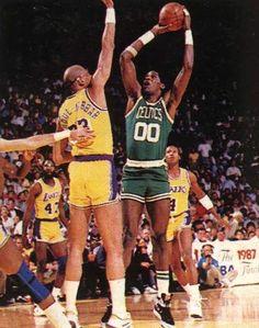 """Konfuçyüs der ki """"Durmadığın sürece ne kadar yavaş gittiğinin bir önemi yoktur"""". Chief Robert Parish yavaş başlayan NBA kariyerinde en yüksek hiza ulaşır."""