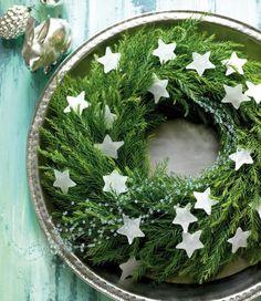 Einen fertig gebundenen Kranz aus Tannengrün vom Floristen kann man so wunderschön und unkompliziert verzieren! Die kleinen Sternchen bestehen aus Wachs...