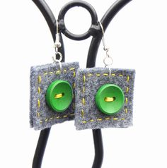 Hand-sewn light earrings, unique and comfortable, grey felt with green buttons and a yellow thread. Colourful and optimistic! The felt part is a Fabric Earrings, Diy Earrings, Button Earrings, Textile Jewelry, Fabric Jewelry, Jewellery, Jewelry Crafts, Handmade Jewelry, Felt Squares