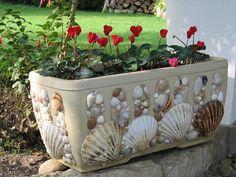 Decor flowerpot with their hands - Dekor Blumentopf mit den Händen - Seashell Art, Seashell Crafts, Beach Crafts, Diy And Crafts, Decor Crafts, Mosaic Flower Pots, Mosaic Pots, Pebble Mosaic, Seashell Projects