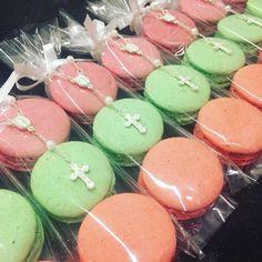 Bom dia! Pacotinho com 3 macarons e mini terço! #macarons #macarons #nossasembalagens #cores #sabores #personalizado