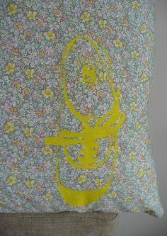 Une tennis Bensimon peinte sur un coussin homemade I just painted a Bensimon plimsole using freezer paper