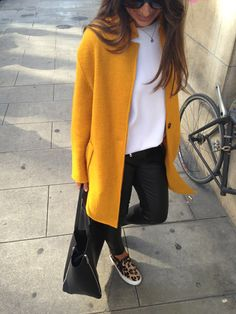 69 Ideen Sneakers Slip On Outfit Jacken Yellow Jacket Outfit, Mustard Yellow Outfit, Yellow Coat, Leopard Sneakers Outfit, Sneakers Outfit Summer, Leopard Shoes, Sneakers Fashion, Casual Skirt Outfits, Blazer Outfits