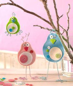 Diese Vögel aus Filzplatten finden die Kinder bestimmt total schräg und basteln sie gerne nach!