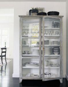 mooie vitrinekast stoer en toch vleugje brocante: bij www.old-basics.nl hebben ze vergelijkbare oude vitrinekasten of kun je een kast op maat in echte oude stijl laten maken!