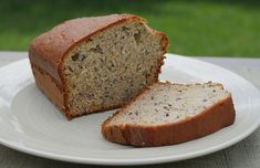 Make this healthy banana bread recipe and enjoy a slice or two of the best banana bread you've ever had. This easy banana bread recipe will be a family fav! Melanie from Happy Being Healthy h… Homemade Banana Bread, Healthy Banana Bread, Banana Bread Recipes, Homemade Food, Pao Low Carb Facil, Banana Bread Without Sugar, Desserts Sains, No Sugar Foods, Best Breakfast Recipes