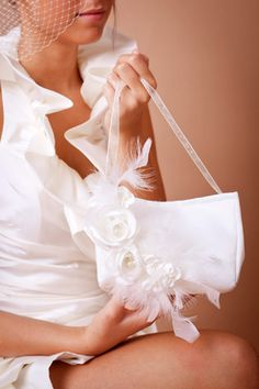 Edles Brauttäschchen aus Satin mit Blüten