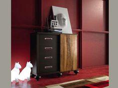 Paredes rojas, muebles marrones y detalles blancos. Nos gusta esta combinación.