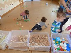 Joc heuristic . La recollida de material French. Great pictures of toddlers with loose parts.
