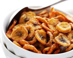 NOTE: CHECK 90 Celsius / 200 Fahrenheit OR YOU GET BURNT CHIPS :( .Homemade Baked Banana Chips - Deliciously sweet and guilt-free baked banana chips are so easy to make and are the perfect portable, healthy snack to have on hand. Easy Snacks, Healthy Snacks, Healthy Recipes, Easy Recipes, Eating Healthy, Baked Banana Chips, Fodmap Meal Plan, Whole 30 Snacks, Banana Madura
