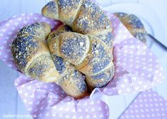 Zu einem guten Frühstück gehören Obst, ein Frühstücksei, leckere Brötchen, guter Kaffee und auch Hörnchen oder Croissants.   Kaffeeduft, ...