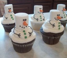 Frosty the Snowman Cupcakes. Tons of really creative Christmas cupcake ideas! Cute idea vegans make vegan cupcakes and use vegan marshmallows! Noel Christmas, Christmas Goodies, Christmas Desserts, Holiday Treats, Christmas Treats, Holiday Recipes, Christmas Parties, Christmas Cup Cakes Ideas, Winter Parties