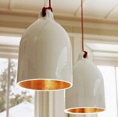 #hanglamp - De landelijke sferen in huis met de Pols Potten hanglamp van steen. Hoogglans wit geschilderde buitenkant en een hoogglans gouden binnenkant.
